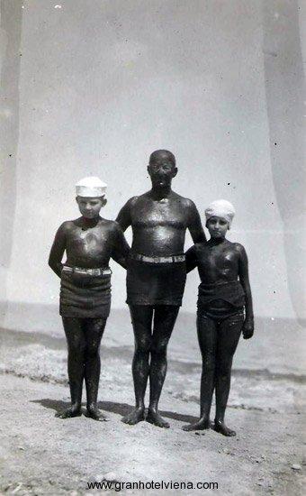 La familia Pahlke cubierta de barro en Miramar